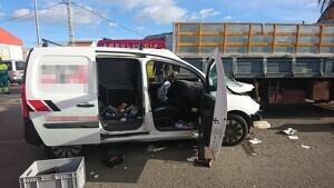 Estat en què ha quedat la furgoneta després de l'accident en el bulevard de Cullera