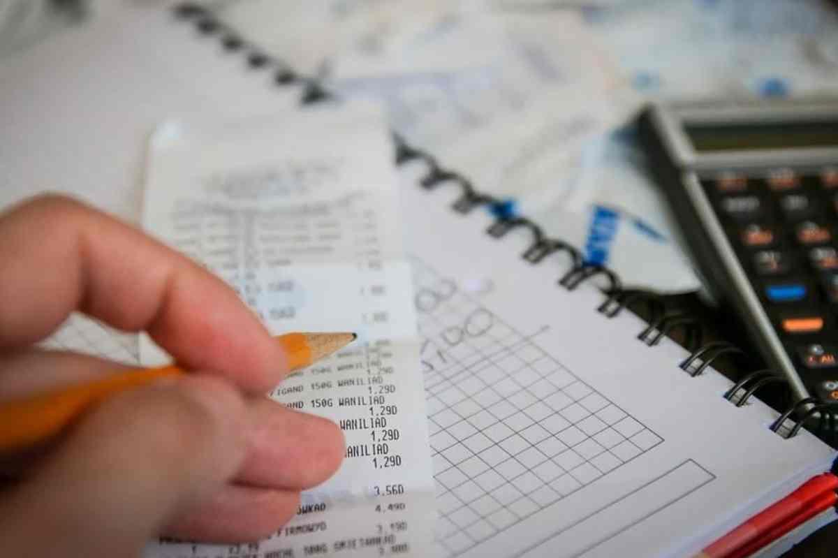 Imatge d'una persona traient comptes econòmics amb una calculadora