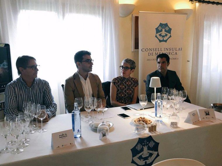 Toni Salord, president dels cellers de Menorca, Miquel Company, conseller de promoció econòmica, Margalida Ripoll de Balears Vadevi i Alejandro Besay, nòleg de Lanzarote