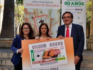 Josep Vilaseca, de l'ONCE, María del Carmen Soler, presidenta del consell territorial i Antònia Torres, gerent de la IGP Sobrassada de Mallorca.