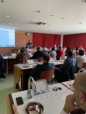 Andreu Oliver dóna les explicacions als tècnics reunits a Juvé i Camps