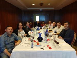El president de Pla i Llevant, Antoni Bennàssar, i Marina Vera amb el jurat del tast, sommeliers i periodistes gastronòmics reconeguts