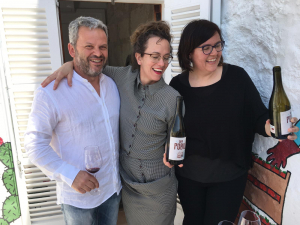 El viticultor Joan Rubio, la sumiller de Ca na Toneta Evelyn de las Alas y Catalina Ribot