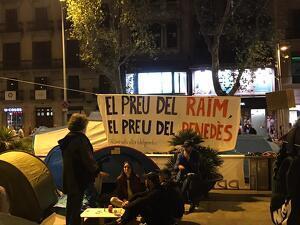 La pancarta que els estudiants en vaga han penjat a la Plaça Universitat en solidaritat amb els pagesos viticultors del Penedès