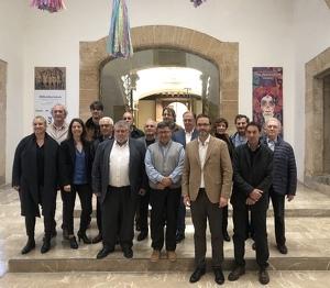 El president de la DO Oli d'Oliva de Mallorca  Joan Mayol i les autoritats al Casal Solleric, on es va fer la presentació