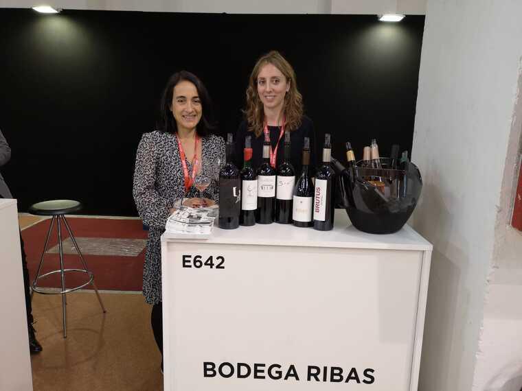 Sylvia Ottmann i Araceli Servera de Bodegas Ribas, encara sense el cartell identificatiu de Mallorca