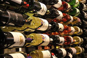 Vins a una botiga distribuïdora de vins