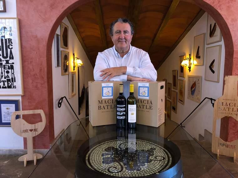 Ramon Servalls amb els vins solidari de Macià Batle