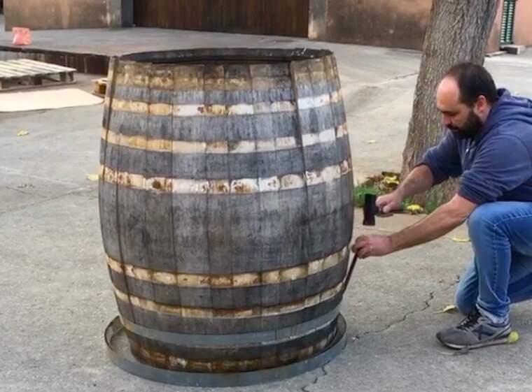 Andreu Oliver desmunta una bóta en dogues que serviran per fer cremar