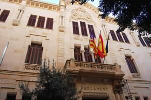 El Parlament de les Illes Balears serveix vi de la Rioja en un refrigeri pels diputats