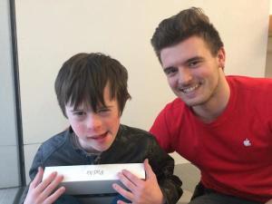 Foto del empleado con el niño.