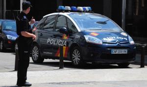 Policia Nacional junto a un coche patrulla