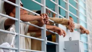 Hombres encarcelados.