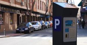 Imagen de un parquímetro en una zona de estacionamiento regulado.