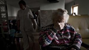 Una mujer mayor en una residencia para ancianos