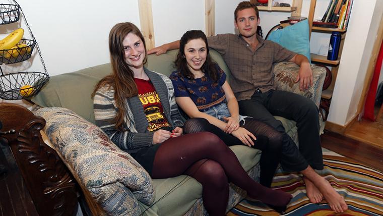 Uns estudiants es troben m s de d lars a un sof de - Sofas de segunda mano en tarragona ...