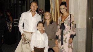 Antonio David Flores con su actual mujer, Olga Moreno, y los dos hijos que tuvo con Rocío Carrasco