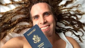 Torito posa pletórico con el pasaporte de su hijo