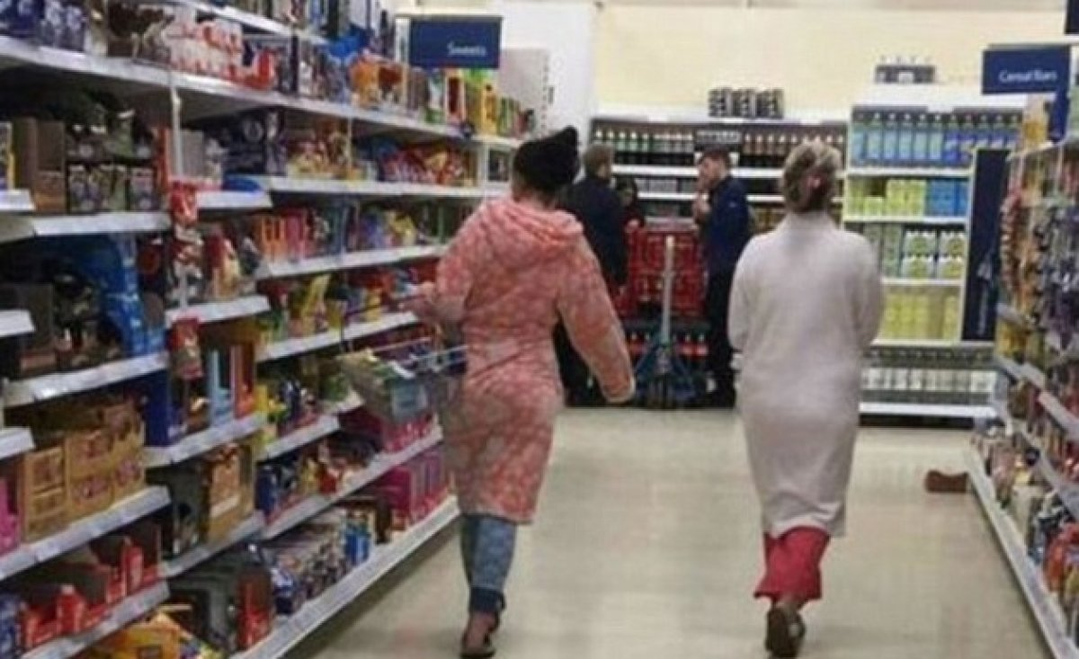 Rosalia - El mal querer - Página 16 Dos-mujeres-comprando-en-pijama-en-tesco