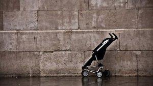 Carro de bebé abandonado en la calle