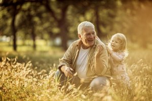 «Los niños que tienen abuelos están mucho más cerca de la felicidad»