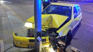 Imagen del vehículo después de chocar contra una farola