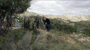 Tres guardias civiles, el forense Francisco Etxeberria y un periodista junto a la fosa en el paraje montañoso de Tous.