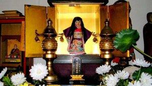 La muñeca Okiku en el templo Manneji