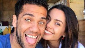 Dani Alves con su mujer Joana Sanz.