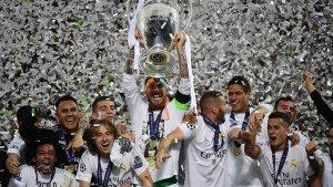 Sergio Ramos alzando la Champions League