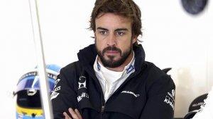 Fernando Alonso se ve obligado a frenar su coche tras la pasividad de sus mecánicos.