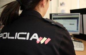 Agente de la Policía Nacional en un ordenador
