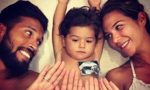 Ezequiel Garay, Tamara Gorro y la pequeña Shaila le dan la bienvenida a Antonio