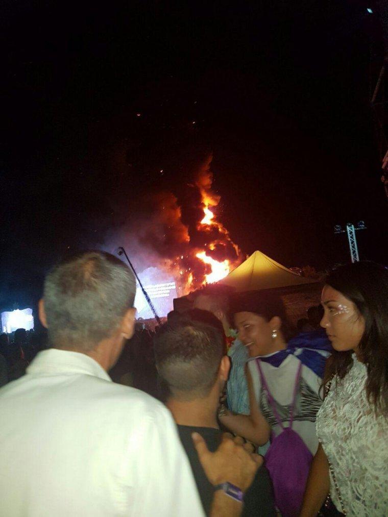 Un incendio obliga a desalojar el festival tomorrowland for Piscina can zam
