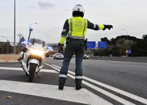 Imagen de un agente de la Guardia Civil en una carretera