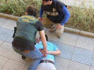Imagen de un hombre detenido por la Guardia Civil