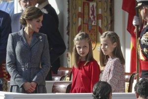 Letizia estuvo atenta en todo momento de sus hijas Leonor y Sofía