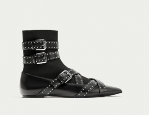 Zapato de tiras y calcetín, de Zara