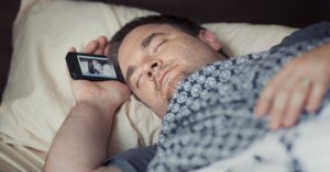 Dormir con el móvil cerca de la cama es peligroso para la salud