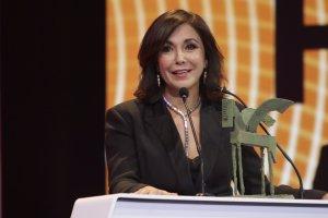 Imagen de Isabel Gemio recogiendo el Premio Ondas a toda su carrera.
