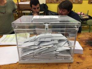 Imagen de una de las urnas llenas de votos en Reus, Tarragona