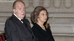 Los reyes eméritos en un funeral