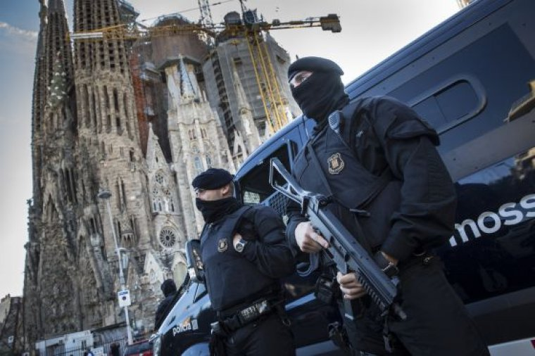 Dispositiu dels Mossos davant d'un dels objectius dels terroristes.
