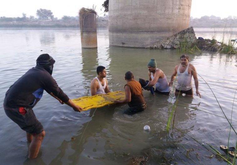Varias personas tratando de rescatar a víctimas del accidente