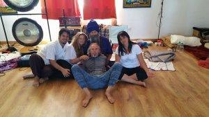 Antonio, tumbado y en el centro de la imagen, con su grupo