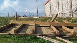 Imagen de los tablones del paseo marítimo de A Lanzada arrastrados hasta el patio del colegio evacuado