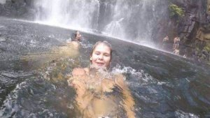 Imagen tomada por Anneka Bading cuando un grupo de personas intentaba ayudar a un hombre ahogado al fondo a la derecha