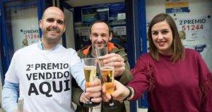 Tres personas de Santander celebrando el segundo premio.