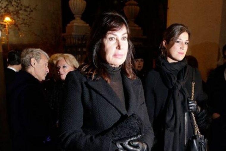 Carmen Martínez Bordiu en la misa funeral junto a su hija Cynthia Rossi.