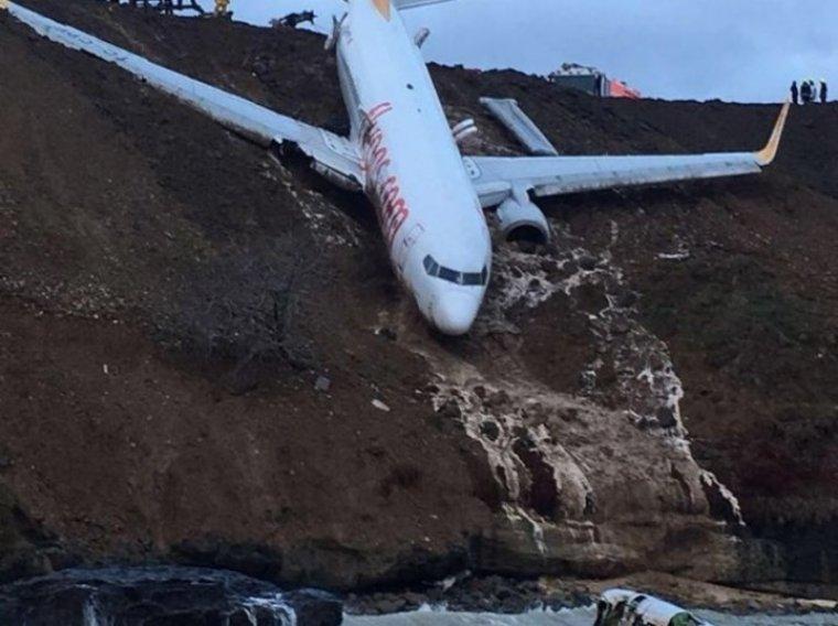 El avión turco quedó atrapado en la ladera de la colina